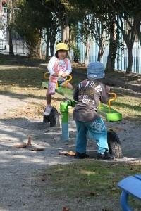 シーソーで遊ぶ子ども